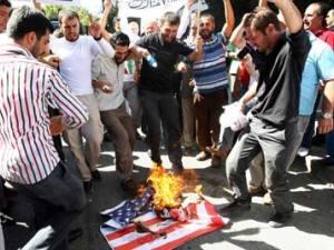 Группа протестующих в Анкаре сожгла американский флаг